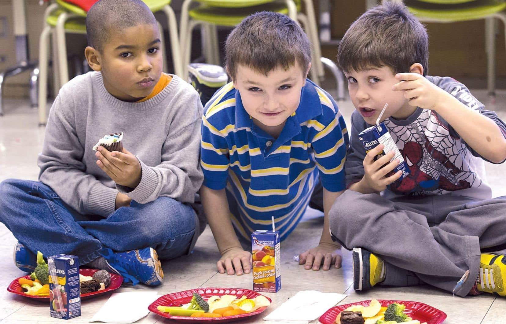 Dans certains cas, les enfants, par leurs bricolages et diverses activités scolaires, apporteront avec eux un peu d'ambiance des Fêtes à la maison.