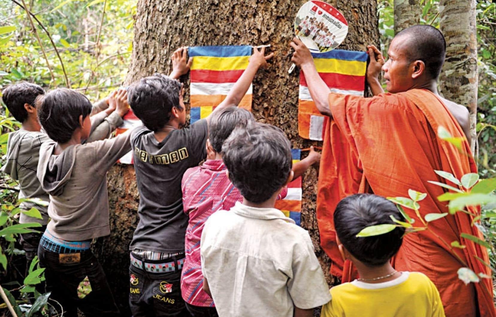 Moine bouddhiste cambodgien sensibilisant, en mai dernier, des jeunes à respecter la forêt