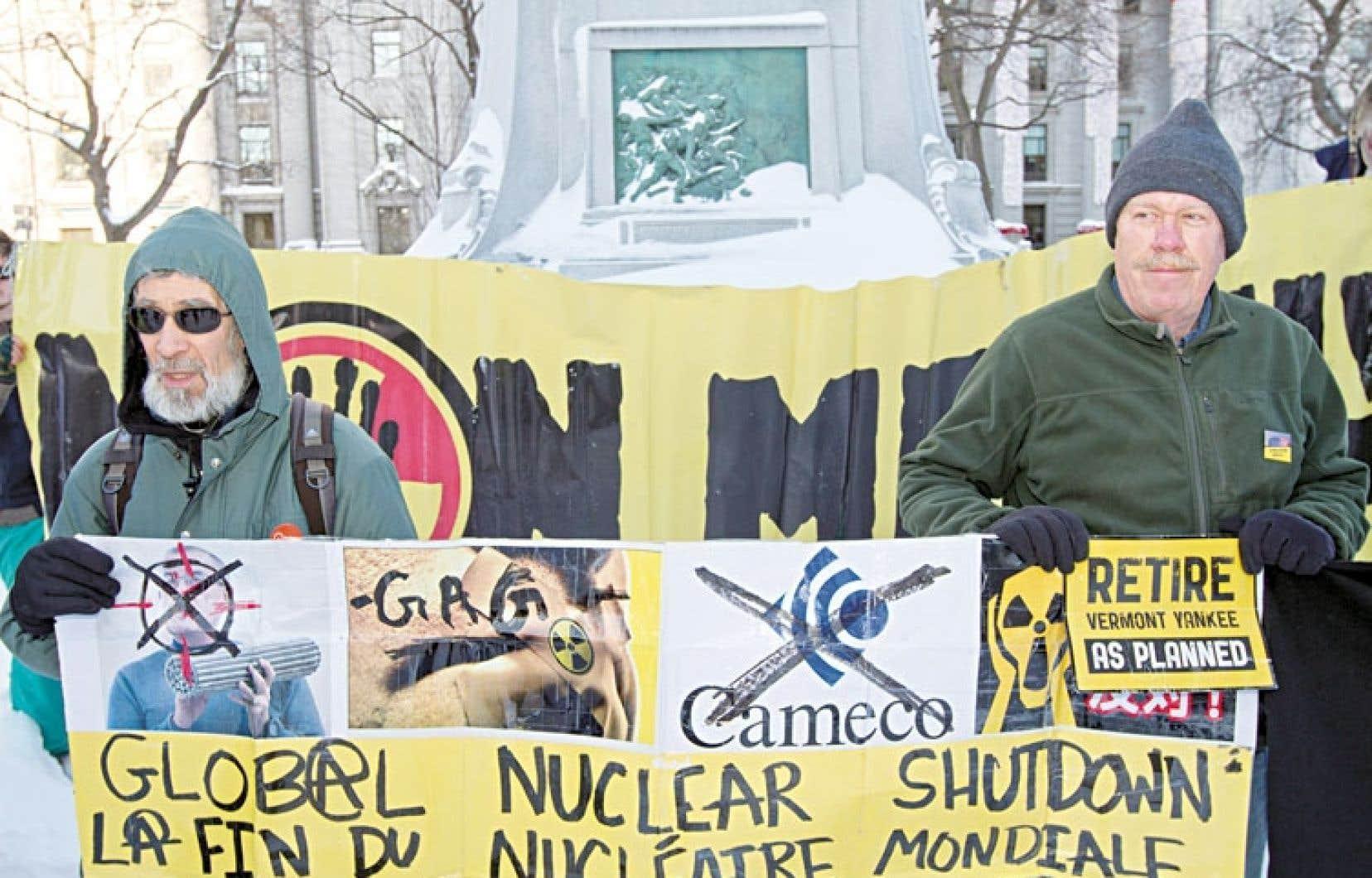 Des manifestants ont célébré, vendredi à Montréal, la fin de la production d'électricité à la centrale Gentilly-2.