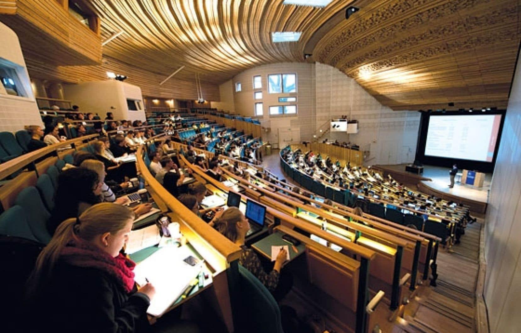 Des étudiants de l'Université de Stockholm. Les études universitaires sont gratuites en Suède, car vues comme un investissement dans la croissance et la prospérité futures.