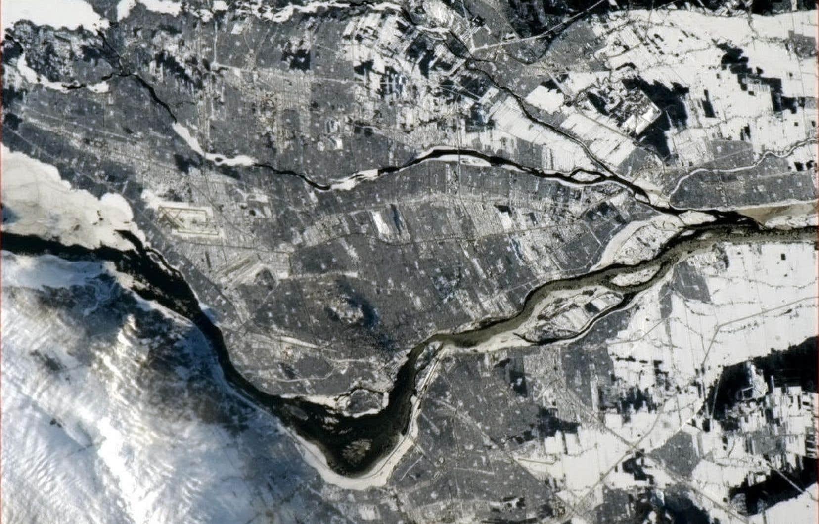 Le regard spatial de Chris Hadfield pos&eacute; sur Montr&eacute;al<br />