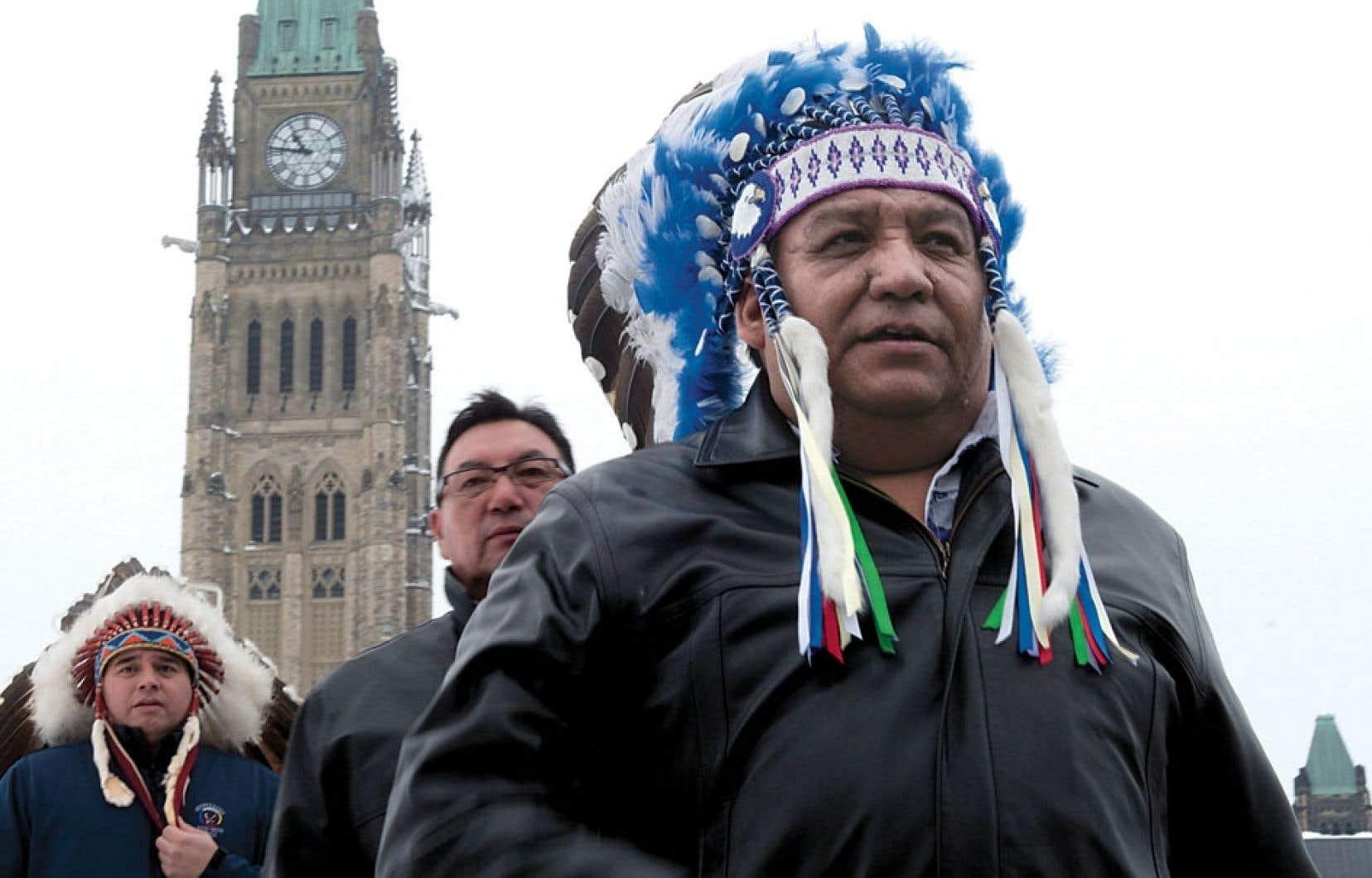 Le chef albertain Steve Courtoreille, de la communauté mikisew, photographié devant le parlement fédéral après s'être exprimé au sujet de la contestation judiciaire des lois mammouths du gouvernement Harper.