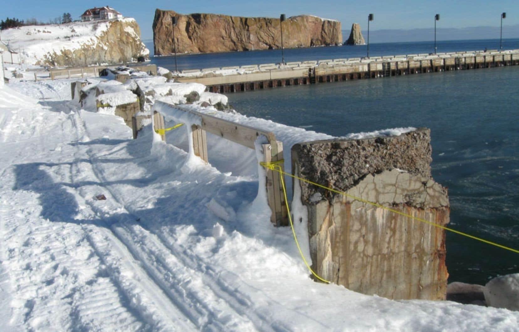 Chaque tempête qui frappe les côtes gaspésiennes cause des dommages à la promenade de Percé, qu'on voit ici après la chute de neige du 27 décembre dernier.