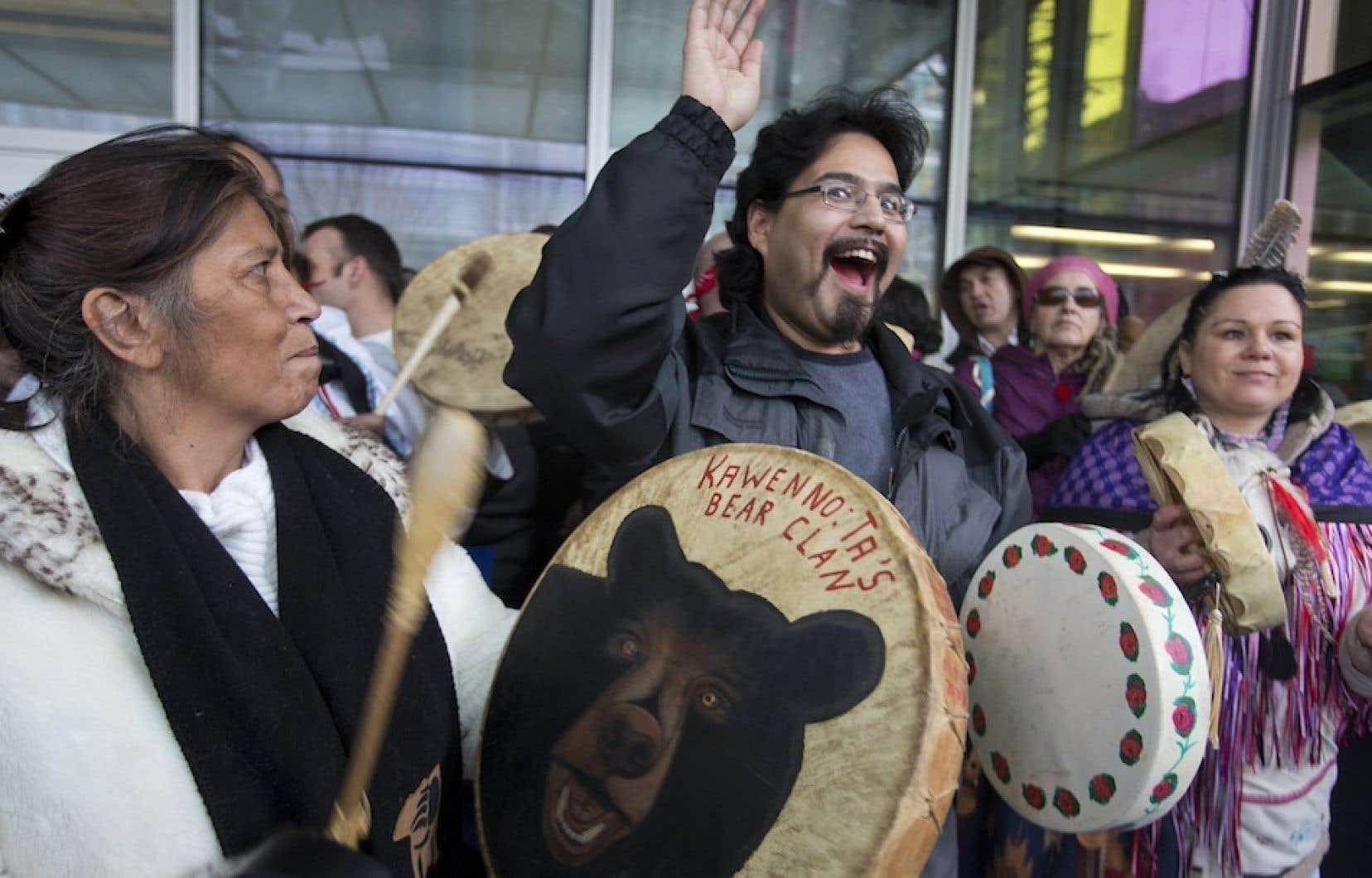 Un millier de personnes ont manifesté à Montréal en appui au mouvement Idle No More. Sous les odeurs d'encens qui accompagnaient les chants ancestraux, les discours des porte-parole étaient parsemés d'appels à la solidarité.