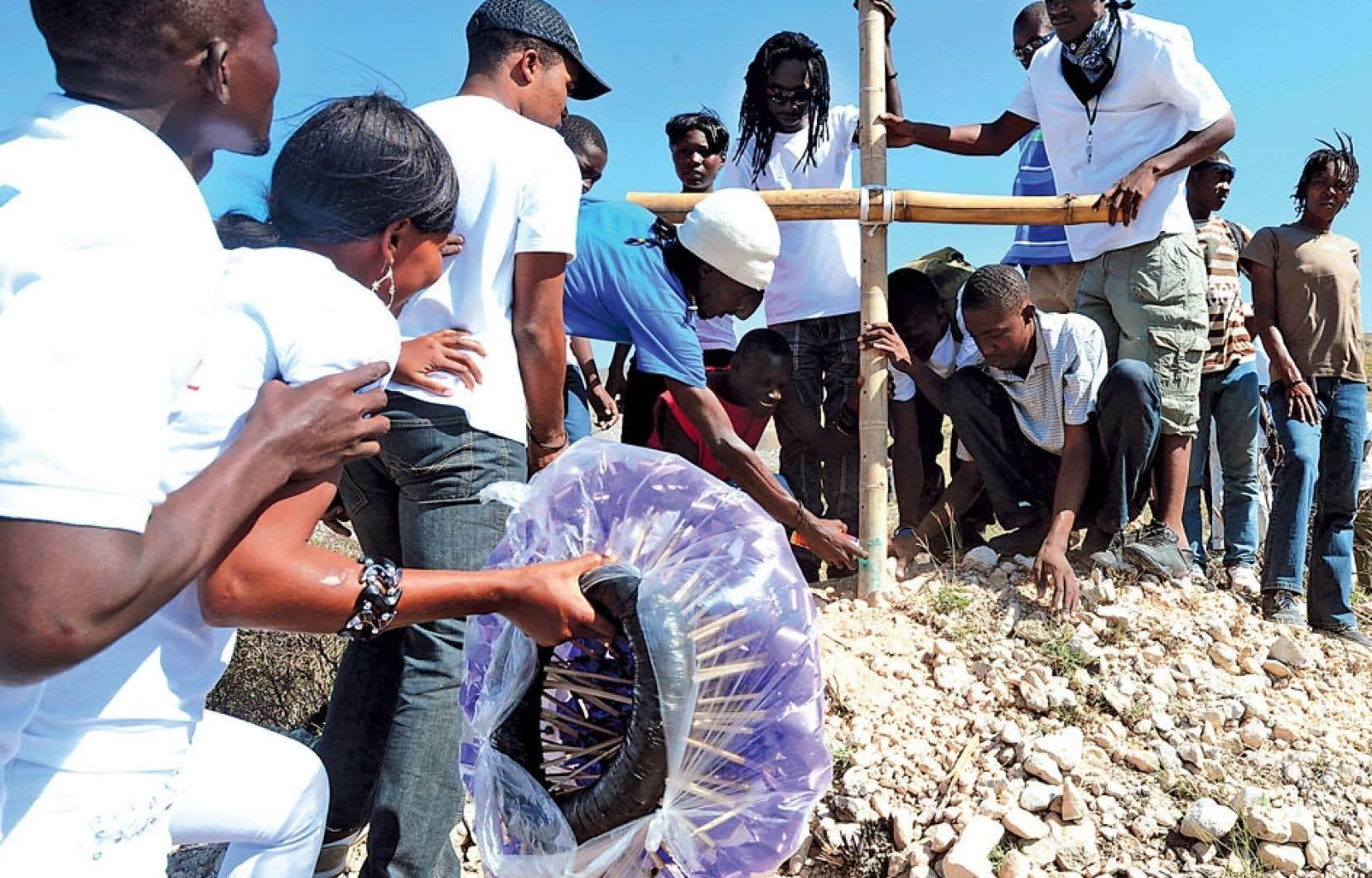 Des Haïtiens ont planté une croix au sommet d'une colline, à Titanyen, en souvenir des victimes du tremblement de terre du 12 janvier 2010.