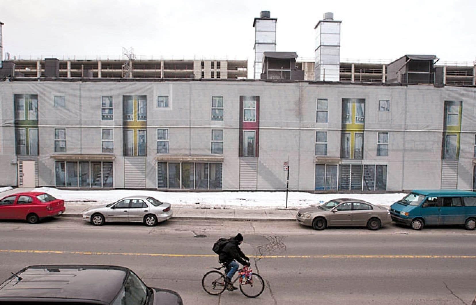 La structure de l'îlot Voyageur située rue Saint-Hubert, masquée par une fausse façade créant l'illusion d'une structure d'habitations, pourrait être récupérée en logements sociaux.