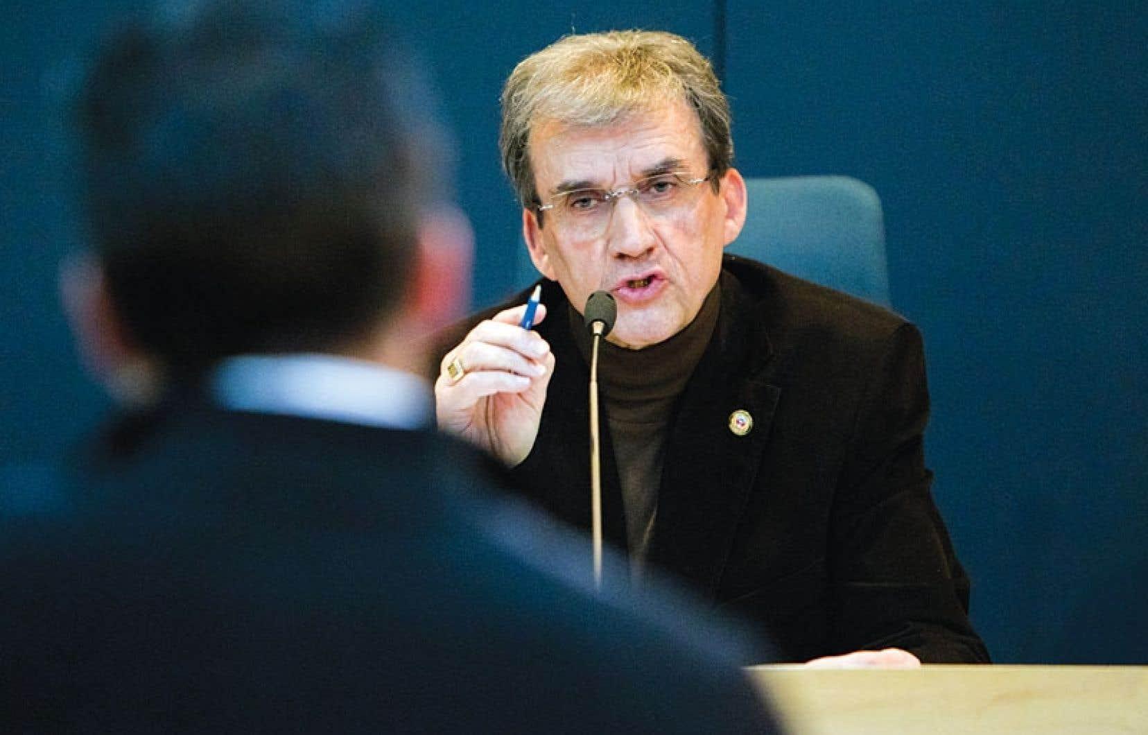 Le maire Claude Benjamin a été questionné lundi soir par des citoyens. L'un d'eux a été expulsé.