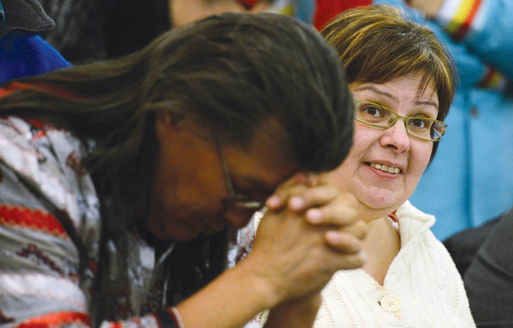 La chef d'Attawapiskat, Theresa Spence, a participé brièvement jeudi à une célébration pour souligner la fin de son jeûne, après avoir obtenu son congé de l'hôpital où elle avait passé la nuit.
