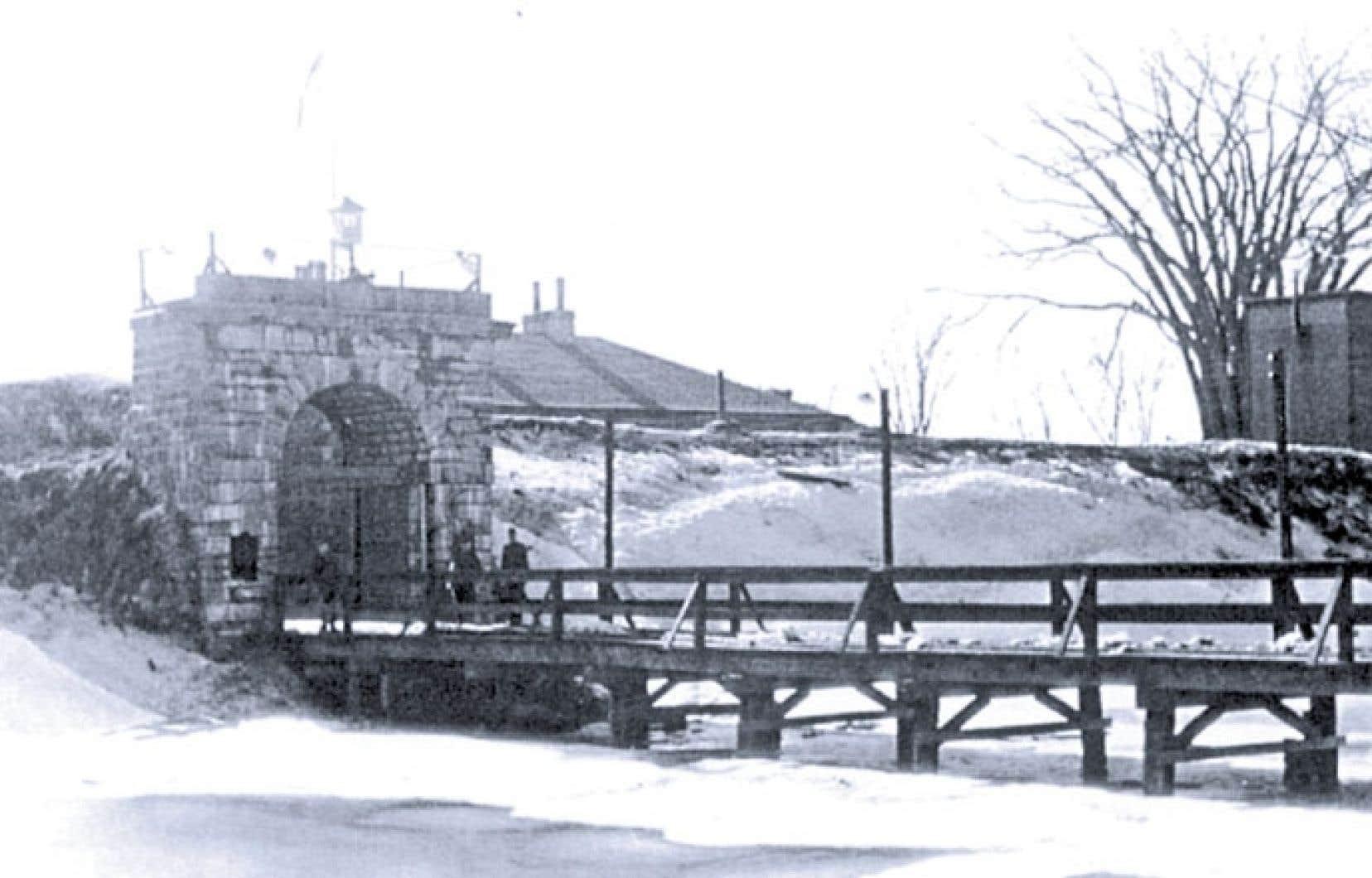 Entrée du fort de l'Île-aux-Noix situé au milieu de la rivière Richelieu, aujourd'hui dans la municipalité de Saint-Paul-de-l'Île-aux-Noix.
