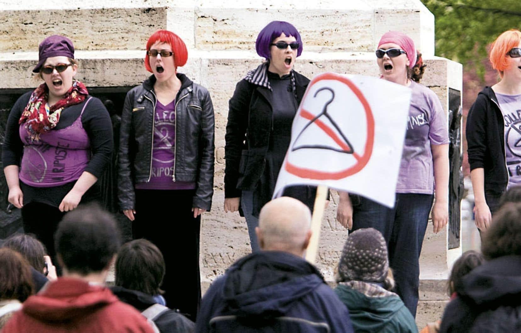 Manifestation pour le libre-choix en matière d'avortement à Montréal en mai 2009. Il existe une multitude d'enjeux connexes qui ne sont pas discutés sur la place publique parce que le débat a été polarisé à son extrême.