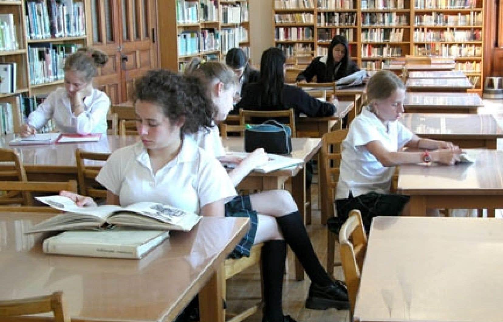 Le pensionnat du Saint-Nom-de-Marie est un établissement secondaire privé s'adressant à une clientèle presque exclusivement féminine.