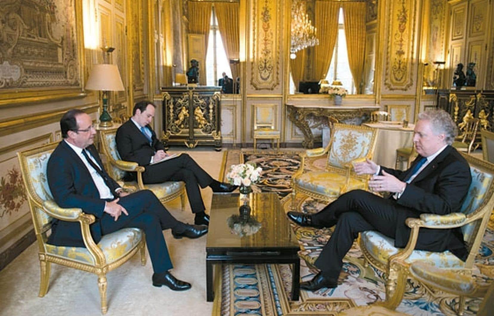 Le président français François Hollande, en compagnie de Jean Charest