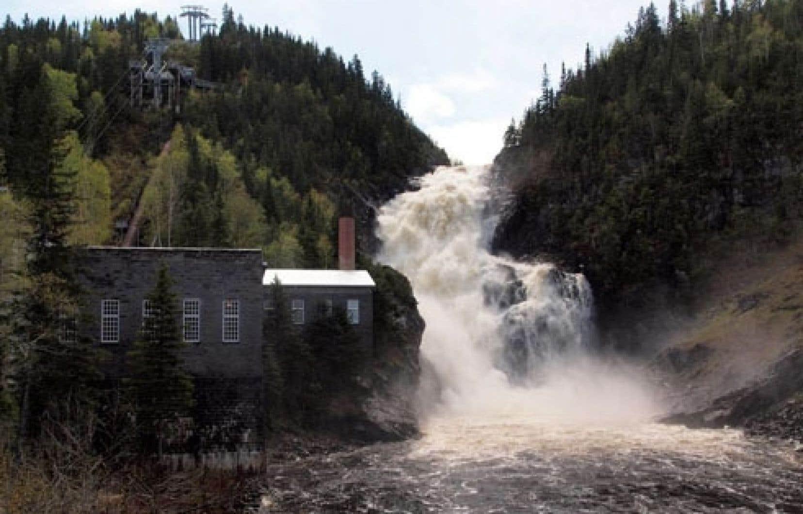 Même s'il a annulé six projets de petites centrales en invoquant des motifs économiques et environnementaux, le Parti québécois a répété mardi que celui prévu sur le site historique de Val-Jalbert ira bel et bien de l'avant.