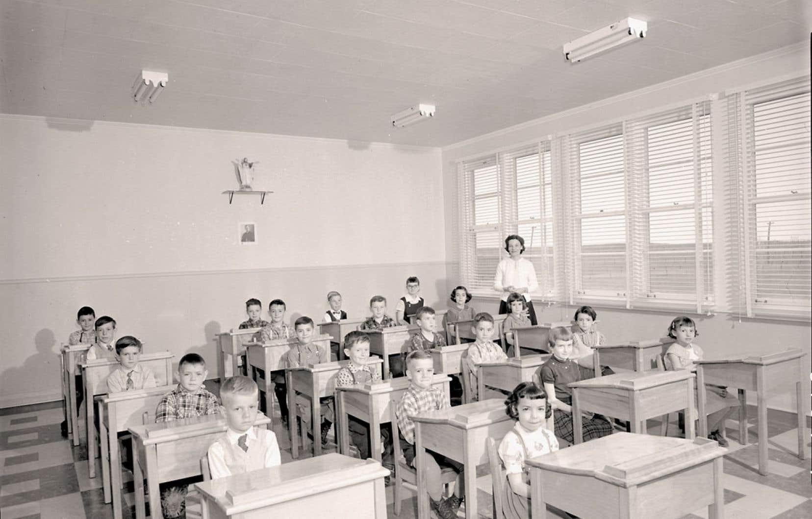 Une école de la région de Lanaudière, dans les années 1950. Bibliothèque et Archives nationales du Québec, Centre d'archives de Montréal, série Office du film du Québec.