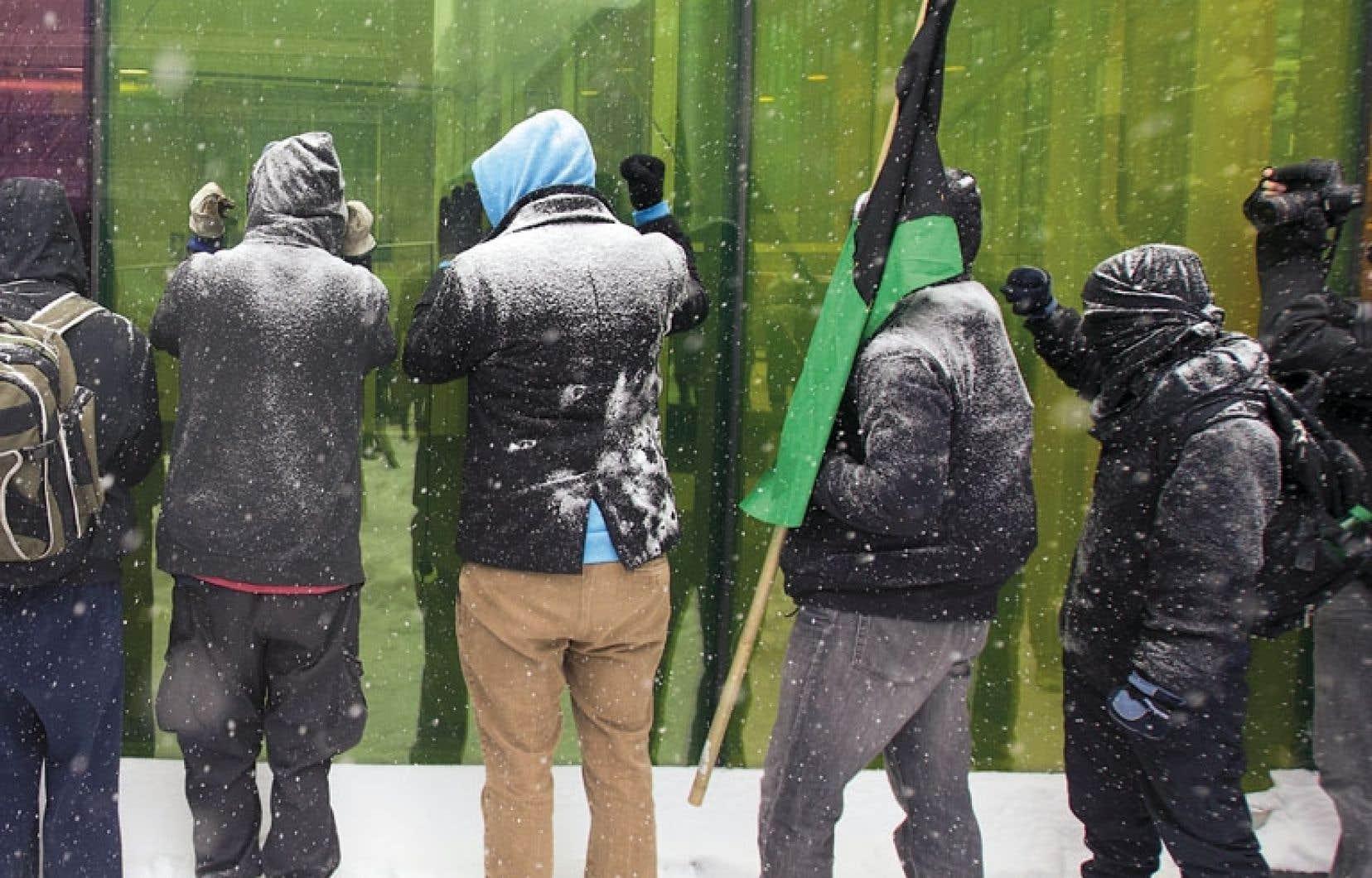 <div> Les manifestants ont tenté à plusieurs reprises d'entrer à l'intérieur du Palais des congrès, mais ils ont été chaque fois repoussés par la police.</div>