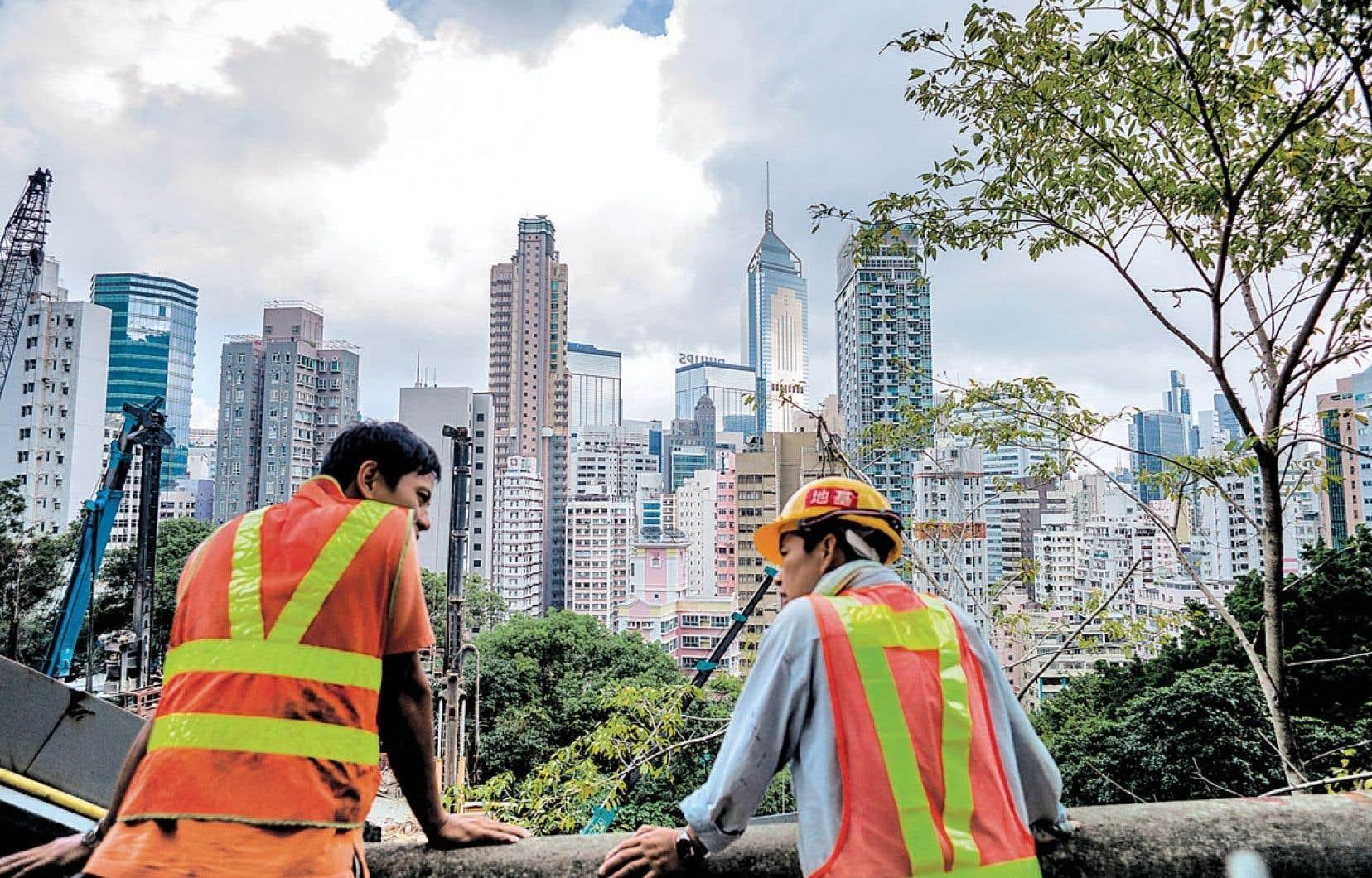 Devant la crise actuelle, la reprise de la croissance est considérée comme le but principal. Et on cite les économies émergentes - la Chine, notamment - en exemple. Sur la photo, deux ouvriers font une pause à Hong-Kong.