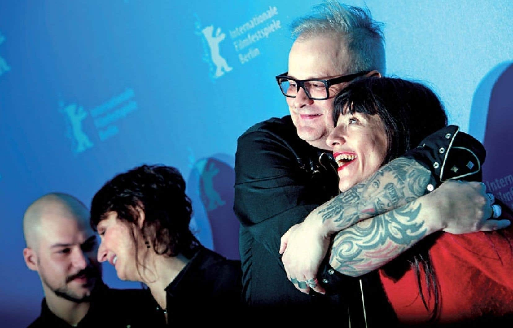 Le cinéaste Denis Côté et la comédienne Romane Bohringer (à droite), au cours d'une séance de photos à laquelle se sont aussi prêtés les acteurs Marc-André Grondin et Pierrette Robitaille dimanche à Berlin.