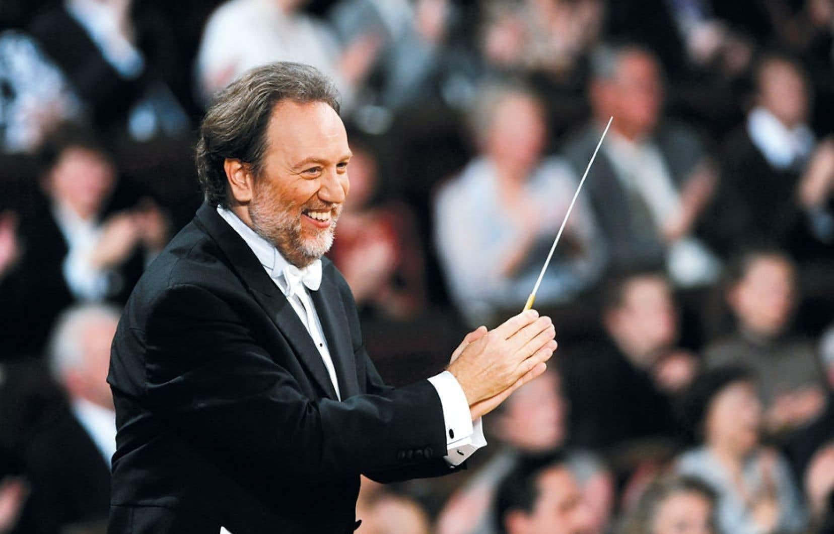 Riccardo Chailly incarne l'autorité musicale des festivités du bicentenaire de Verdi, en Italie.