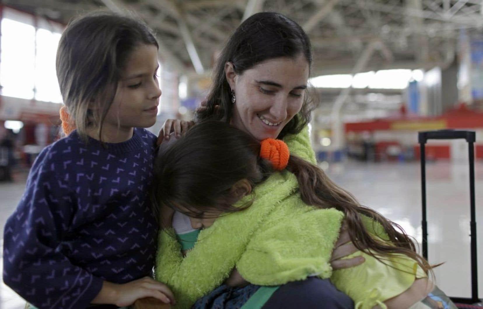 Yoani Sanchez, à gauche, faisait ses adieux à ses nièces Yilianis, à gauche, et Elianis Diaz, avant de quitter Cuba pour se rendre au Brésil.