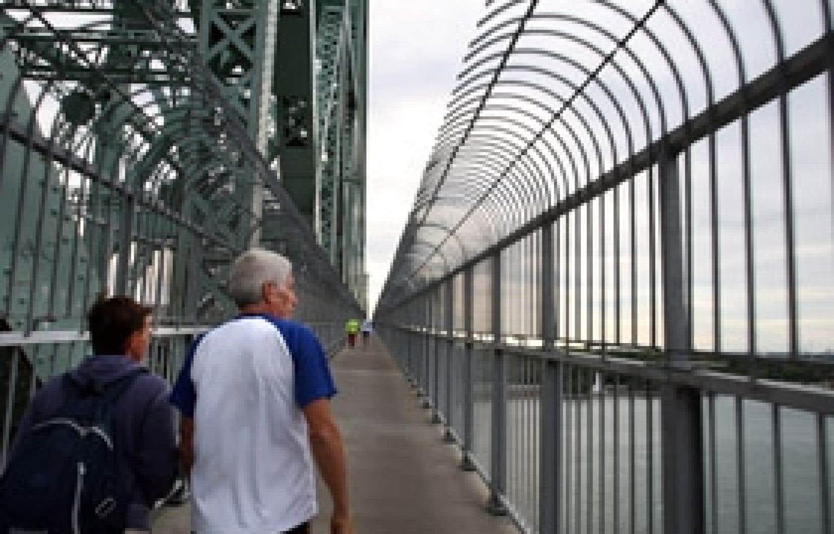 La barrière anti-saut du pont Jacques-Cartier s'avère un outil efficace de prévention du suicide.