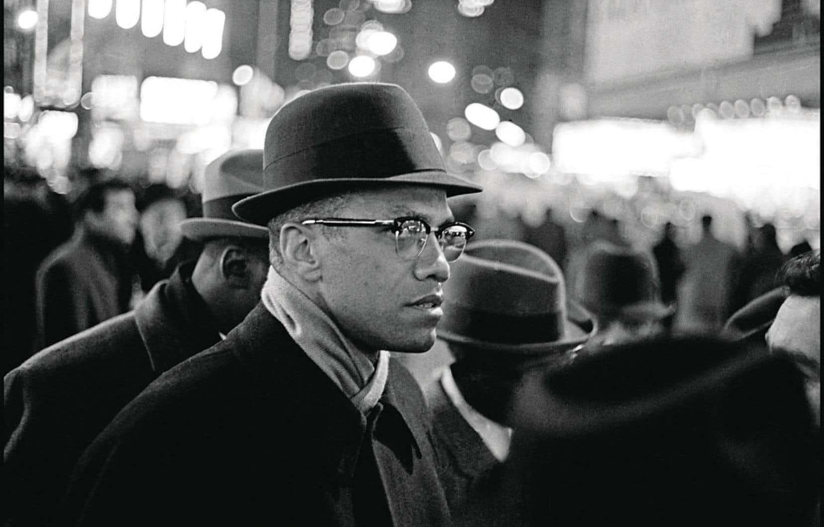 Malcolm X participe à une manifestation de la Nation of Islam, connue comme les Black Muslims, les « musulmans noirs », réclamant la liberté de religion en 1963 à Times Square, à New York. En mars 1964, Malcolm X a rompu ses liens avec l'organisation.