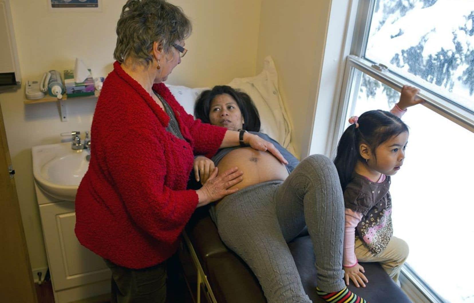 Moins de trois pour cent des femmes au Québec ont recours à des sages-femmes pour leur accouchement, mais selon un sondage CROP réalisé en 2010 pour le compte de la CSN, 26 % des femmes souhaiteraient donner naissance à l'extérieur d'un hôpital.