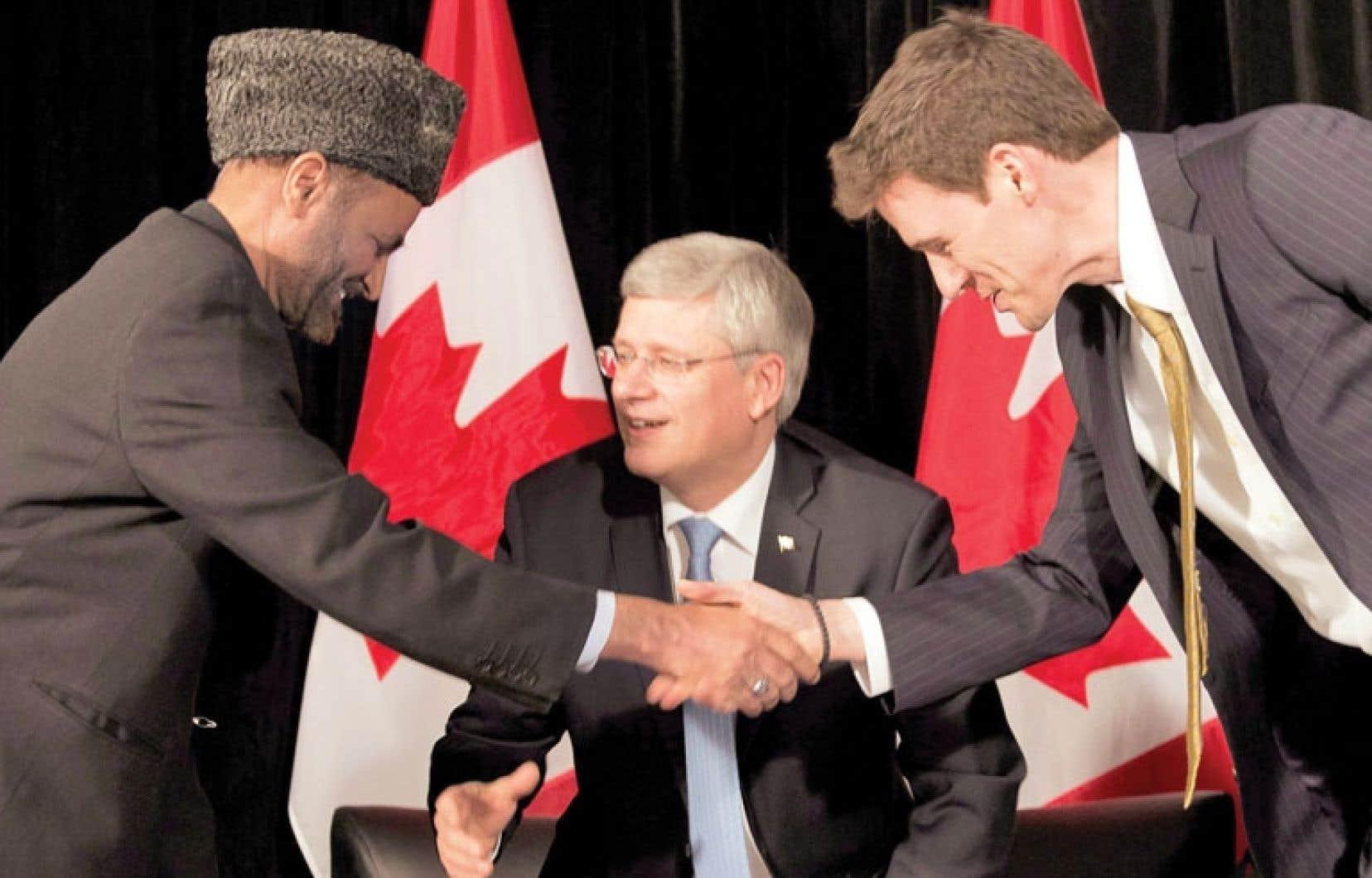 Andrew Bennett (à droite) est l'ambassadeur du nouveau Bureau de la liberté de religion, qui devra protéger les minorités religieuses dans le monde. Il sert ici la main de Lai Khan Malik, clerc musulman, sous les yeux de Stephen Harper.
