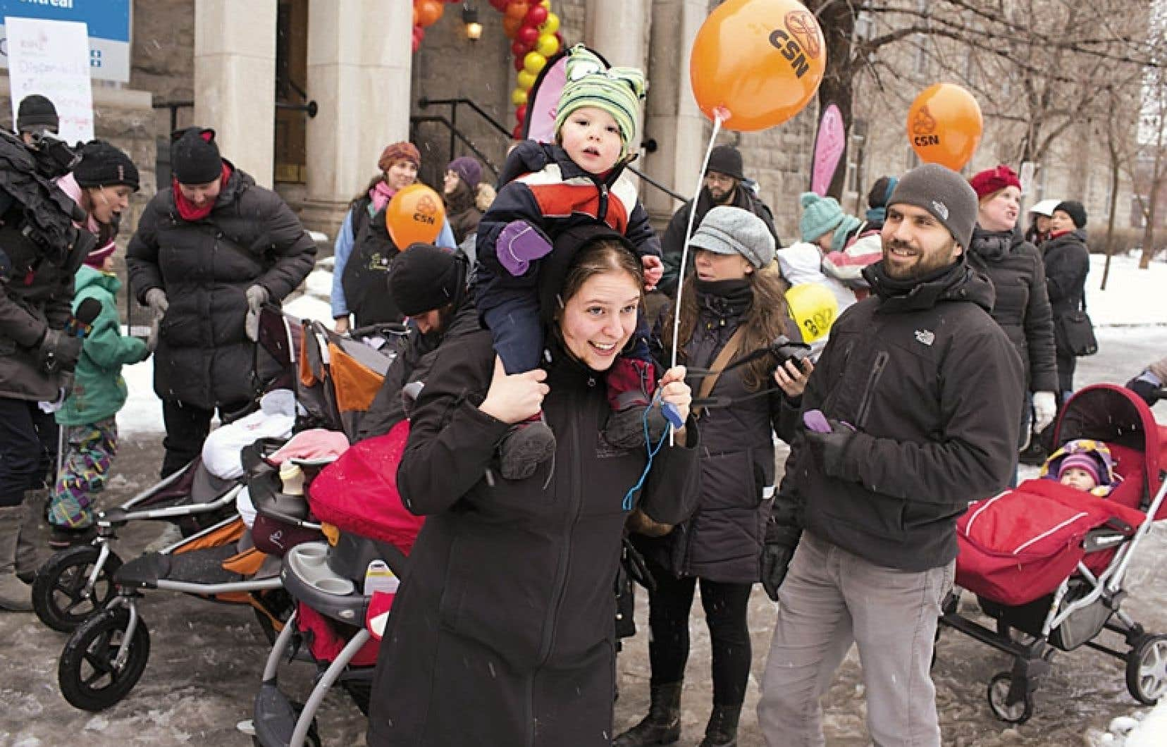 Environ 250 sages-femmes soutenues par plusieurs familles ont pris part à la manifestation.