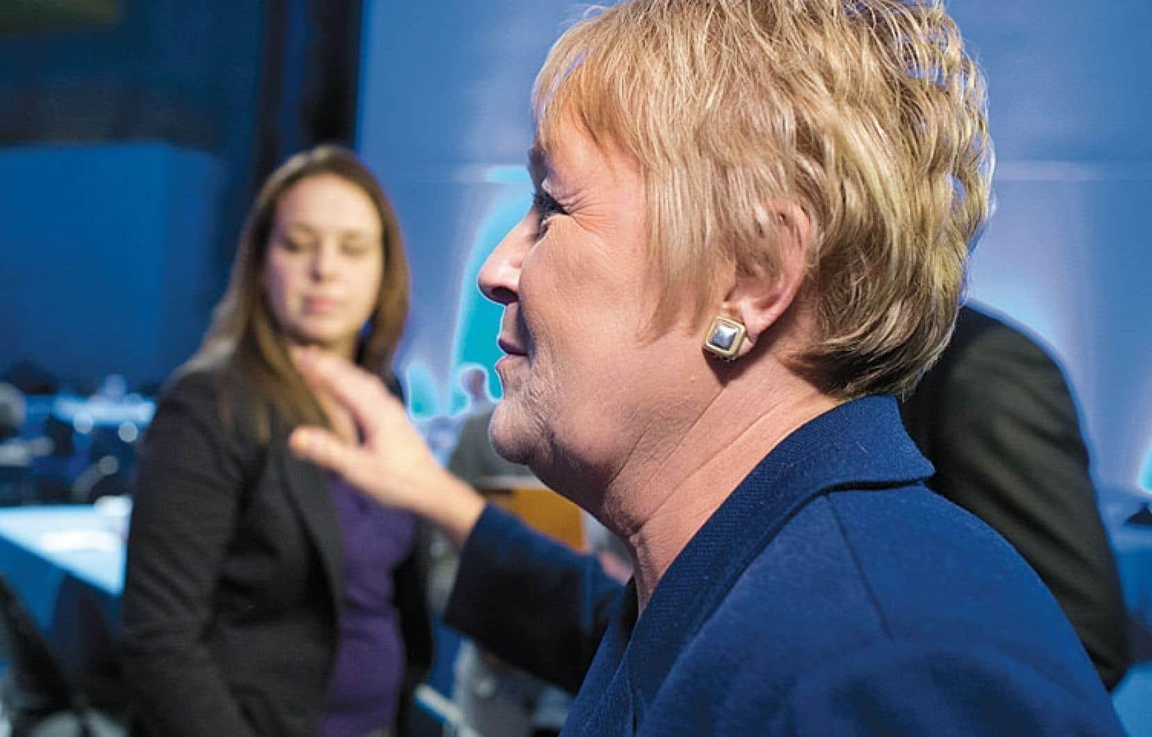 La présidente de la FEUQ, Martine Desjardins, a exprimé sa mauvaise humeur en tentant d'éviter de serrer la main de Pauline Marois à l'issue du Sommet.