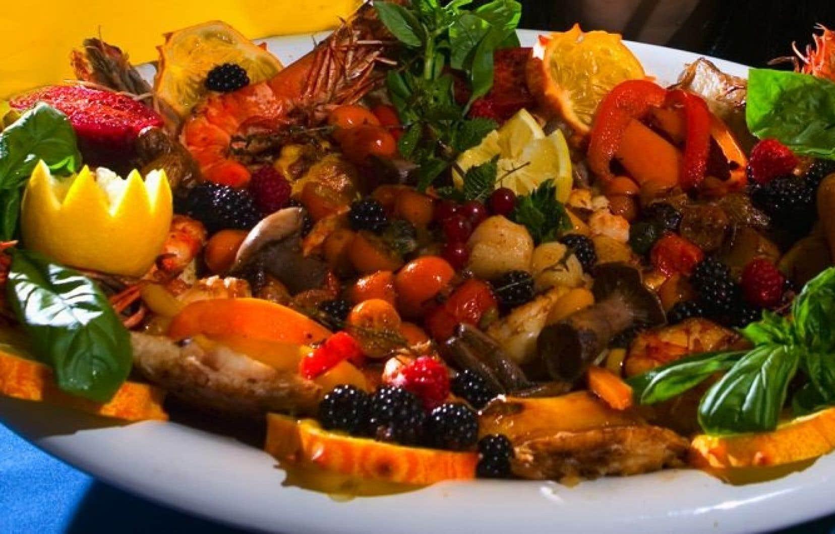 Selon le Dr Juneau, les effets protecteurs de l'alimentation méditerranéenne proviennent des fruits et légumes qui sont consommés en abondance, des noix, de l'huile d'olive et du verre de vin bu pendant le repas. Privilégiant le poisson, le régime méditerranéen limite par contre la viande rouge, et surtout les charcuteries et le sucre, souligne le cardiologue.