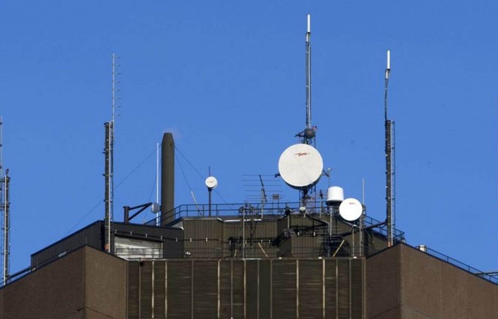La circulation croissante sur les réseaux sans fil, associée aux téléphones intelligents et aux tablettes, nécessite une augmentation du nombre d'antennes et de tours de téléphonie cellulaire.