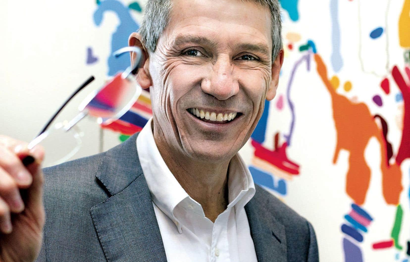 Hubert Sagnières affirme que les problèmes de vision non corrigés entraînent des pertes de productivité de 270 milliards à l'échelle mondiale.