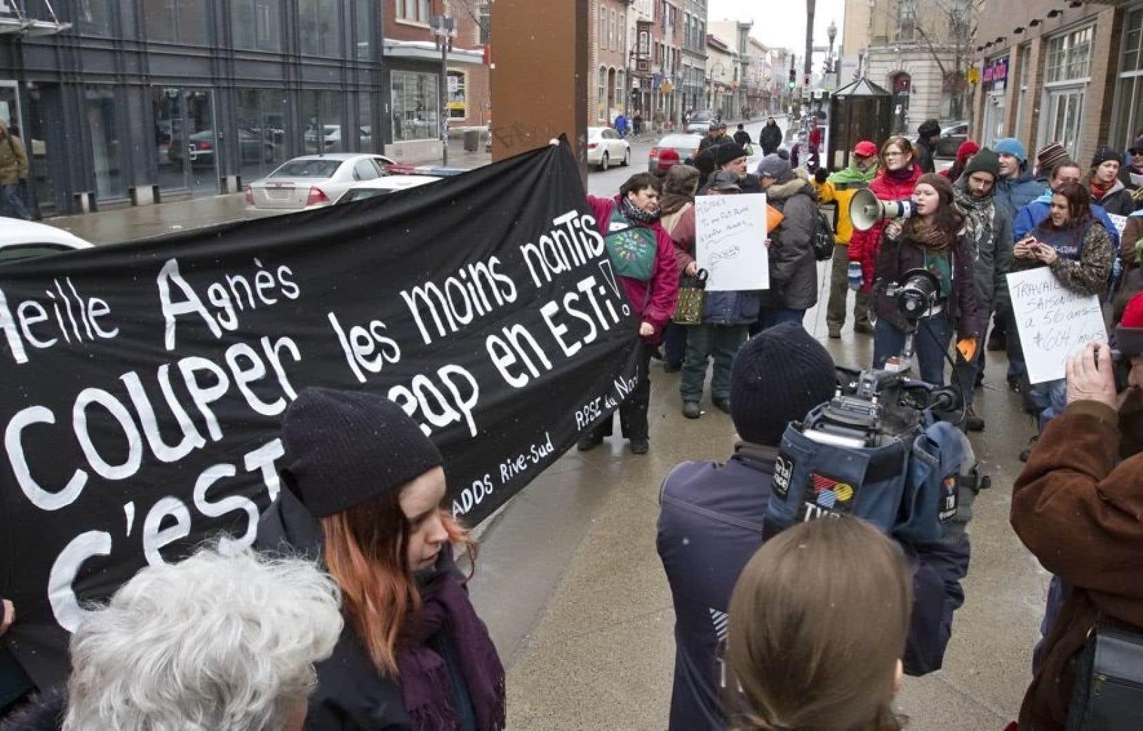 Une quarantaine de personnes ont manifesté lundi, à Québec, devant les bureaux d'Agnès Maltais pour dénoncer les compressions dans l'aide sociale.