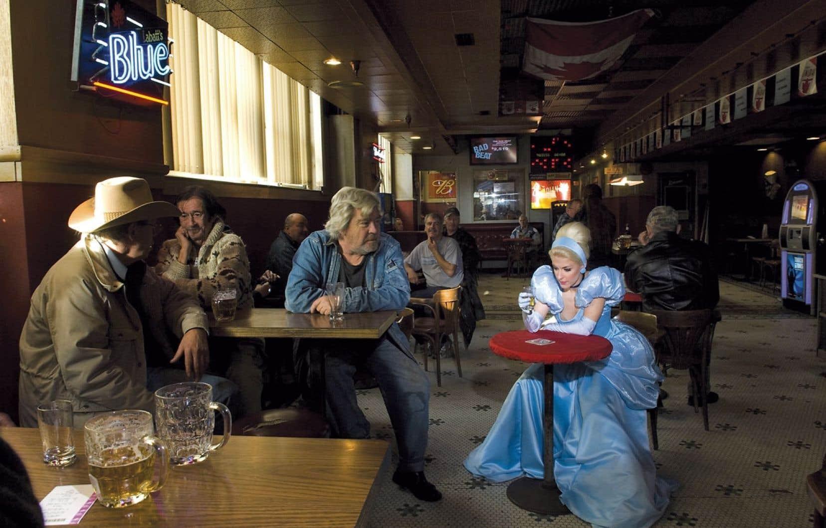 Dans l'œuvre de Dina Goldstein, Cendrillon noie sa rupture à la brasserie.