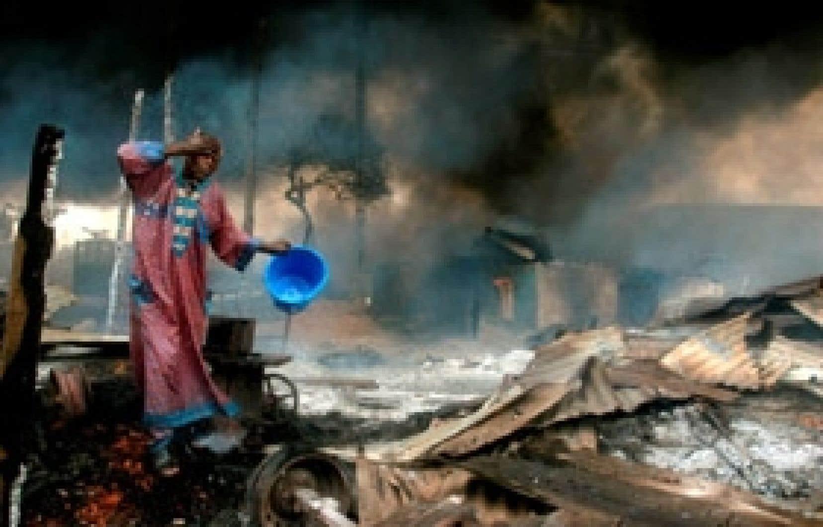 Cette extraordinaire photo a été prise par Akintunde Akinleye pour l'agence Reuters, lors de l'explosion d'un pipeline de pétrole à Lagos en décembre. Non seulement est-il rare qu'un photographe africain remporte un prix lors du World Press