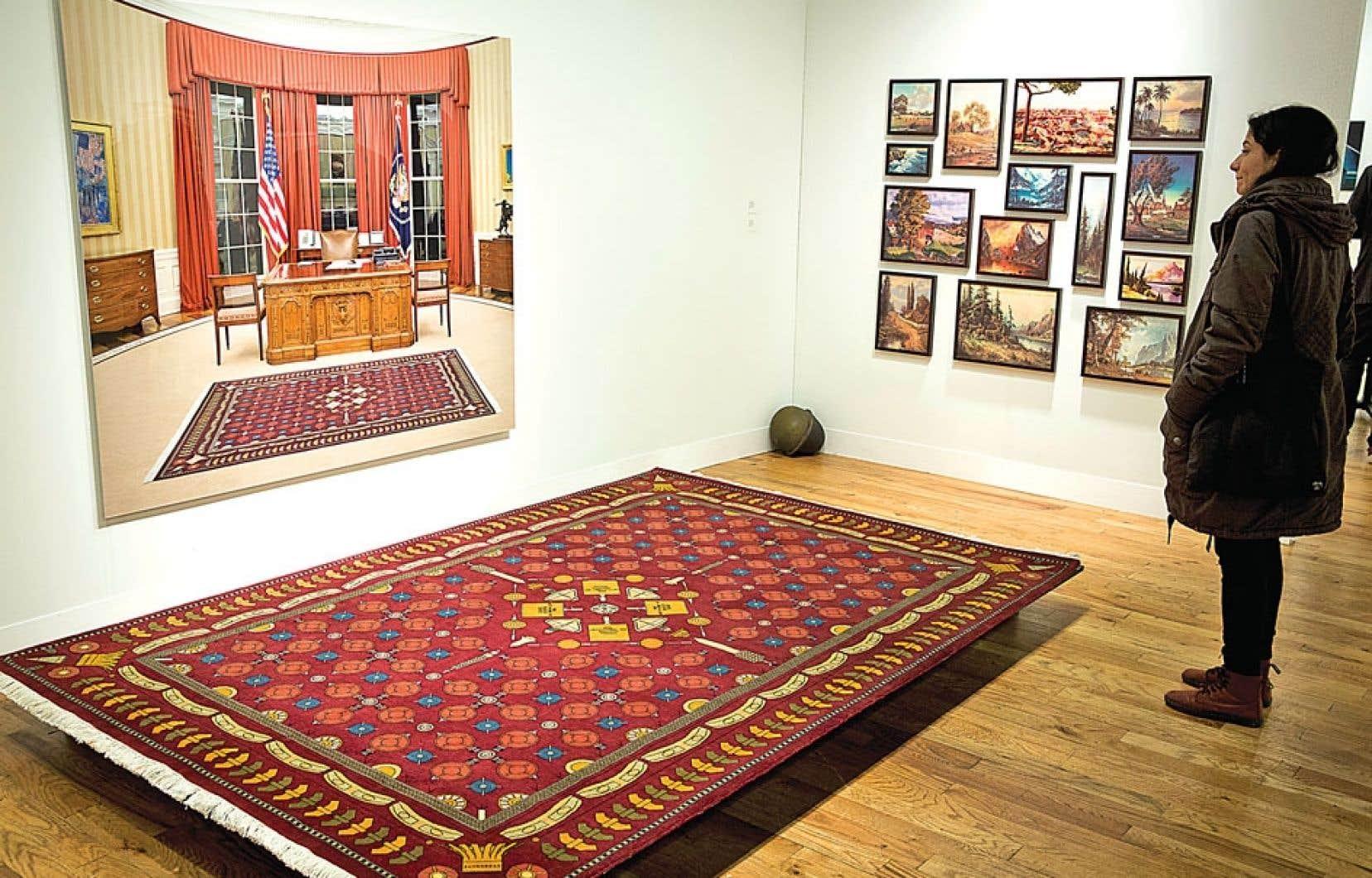 L'artiste Dominique Blain présente un tapis aux motifs de mines antipersonnel, réel et intégré par photomontage dans une image du bureau ovale à l'ère d'Obama.