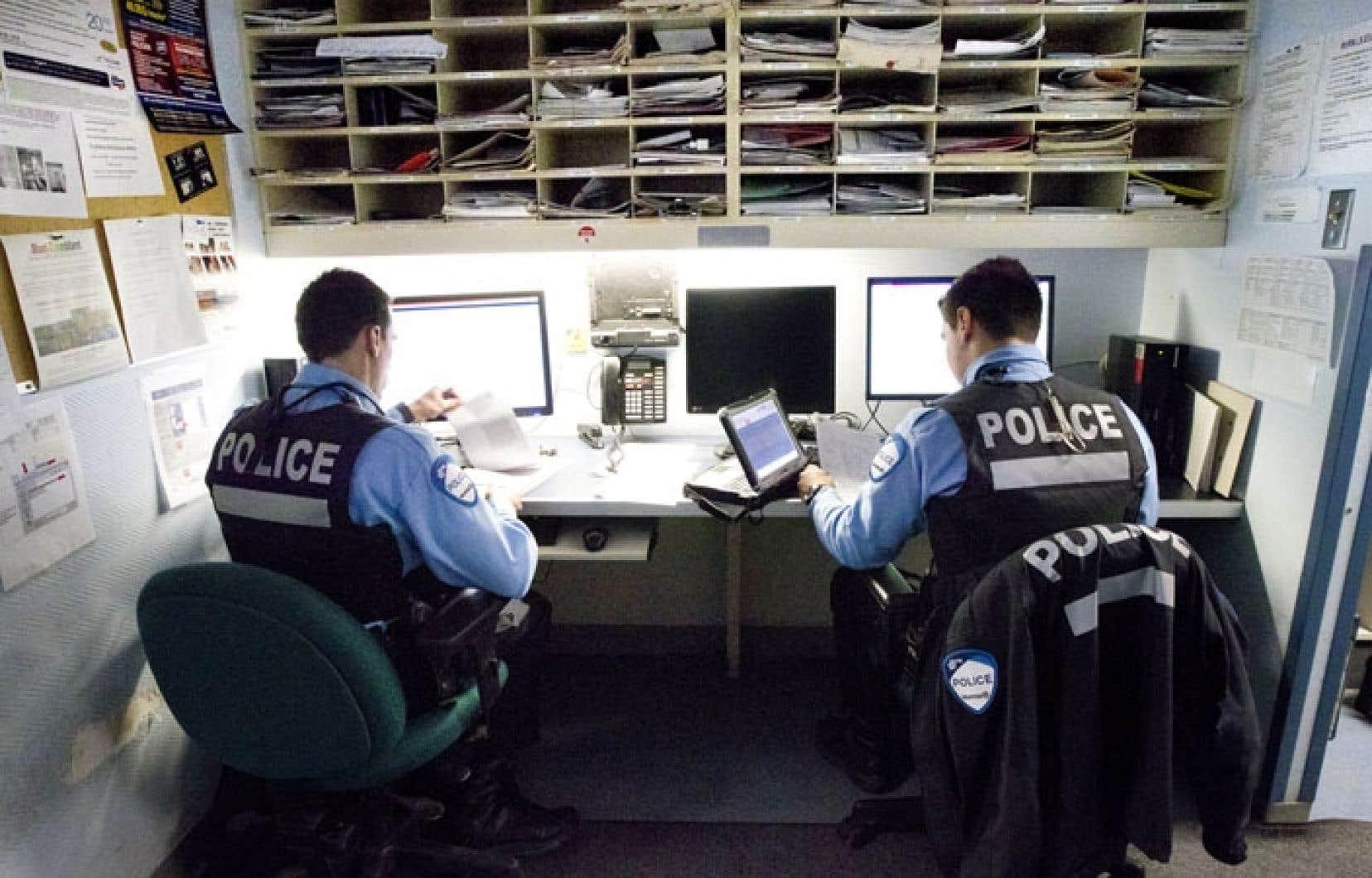 Deux policiers du poste de quartier 12 du SPVM, à Westmount.C'est la deuxième fois en deux jours qu'il est question des pressions de la Ville sur la direction du SPVM.