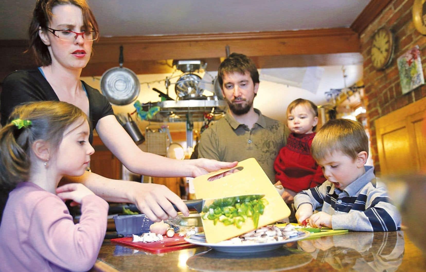 <div> La famille Fiset-Gauvreau de Québec. Le père Jean-Michel, la mère Marie-Ève, l'aînée Maya, Charles, et la petite Blanche.</div>