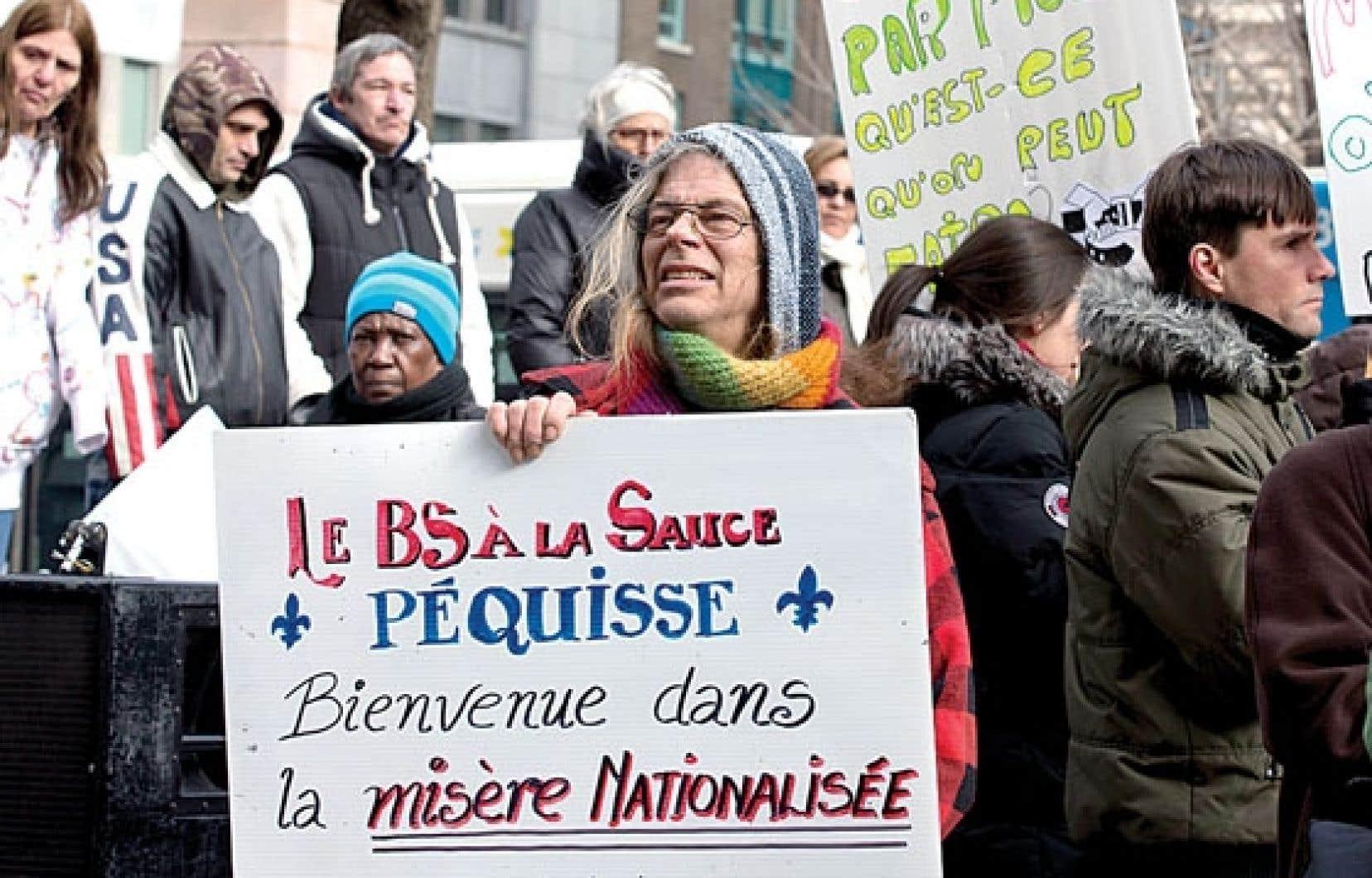 Quelques centaines de prestataires d'aide sociale ont manifesté mercredi dans les rues de Montréal.