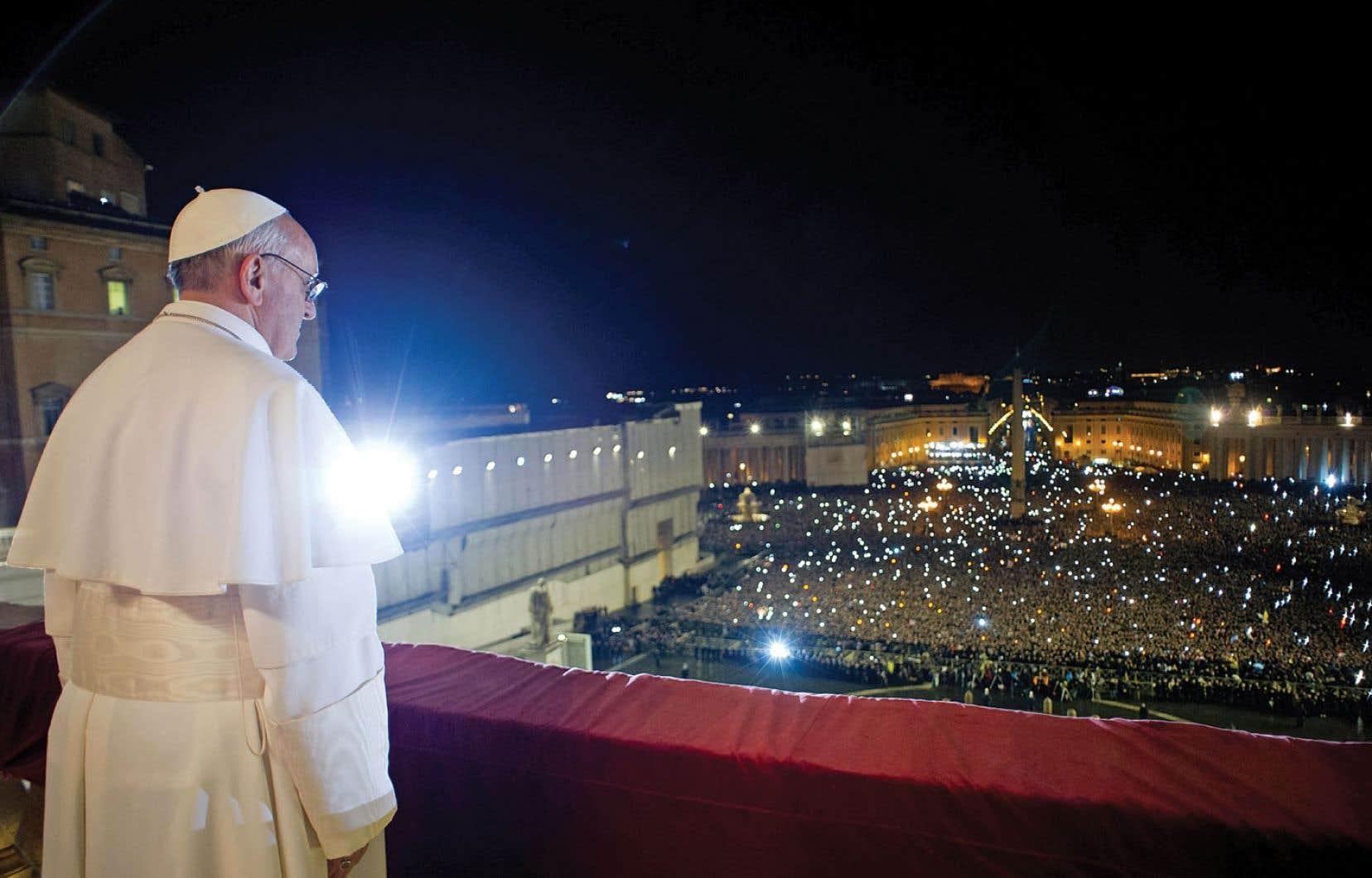 Le pape François saluant les fidèles au Vatican. Il s'agit du premier pape d'origine sud-américaine de l'histoire.