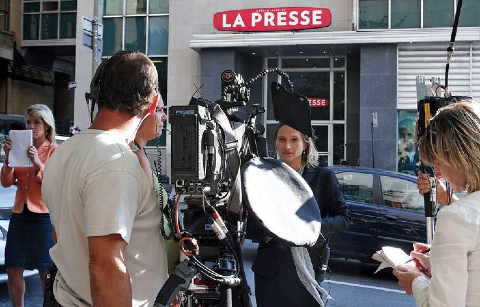 Sur la photo, des journalistes attendent un point de presse des représentants syndicaux lors des négociations de la convention collective de 2009, durant lesquelles le quotidien avait menacé de suspendre la publication.