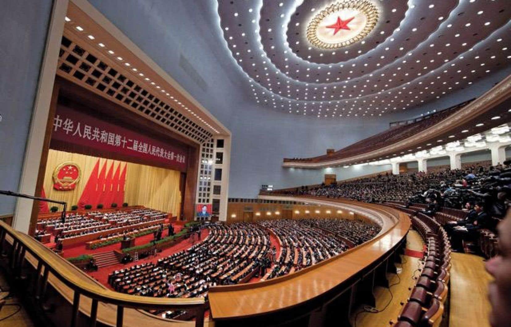 Les dirigeants et les délégués du Parti communiste chinois applaudissaient le nouveau président chinois, Xi Jinping, à l'issue d'un discours appelant notamment à une amélioration de la capacité de l'armée à « remporter des combats ».