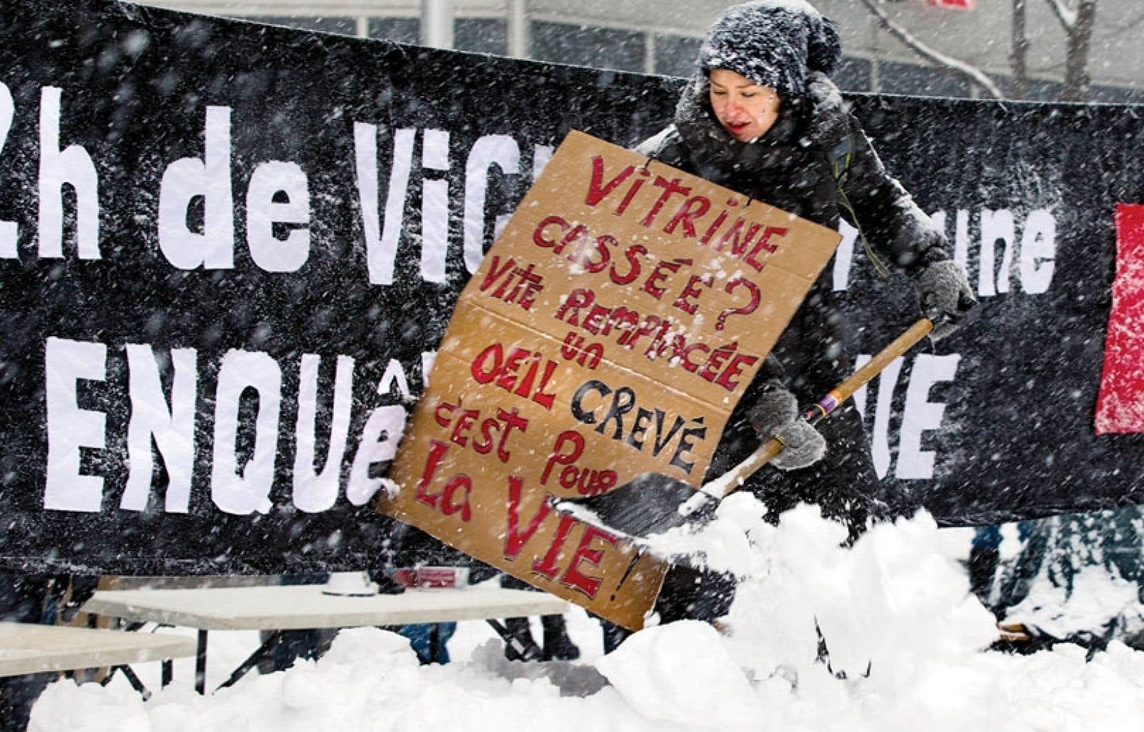 Les organismes réclamant une enquête ont organisé mardi une vigile de douze heures devant les bureaux montréalais de la première ministre Pauline Marois.