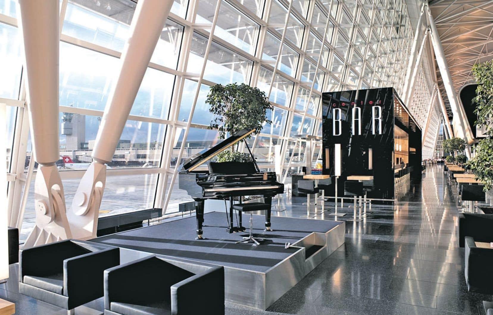 Avec sa structure imposante mais légère et ouverte, l'Airside Center de l'aéroport de Zurich invite les passagers à la flânerie.