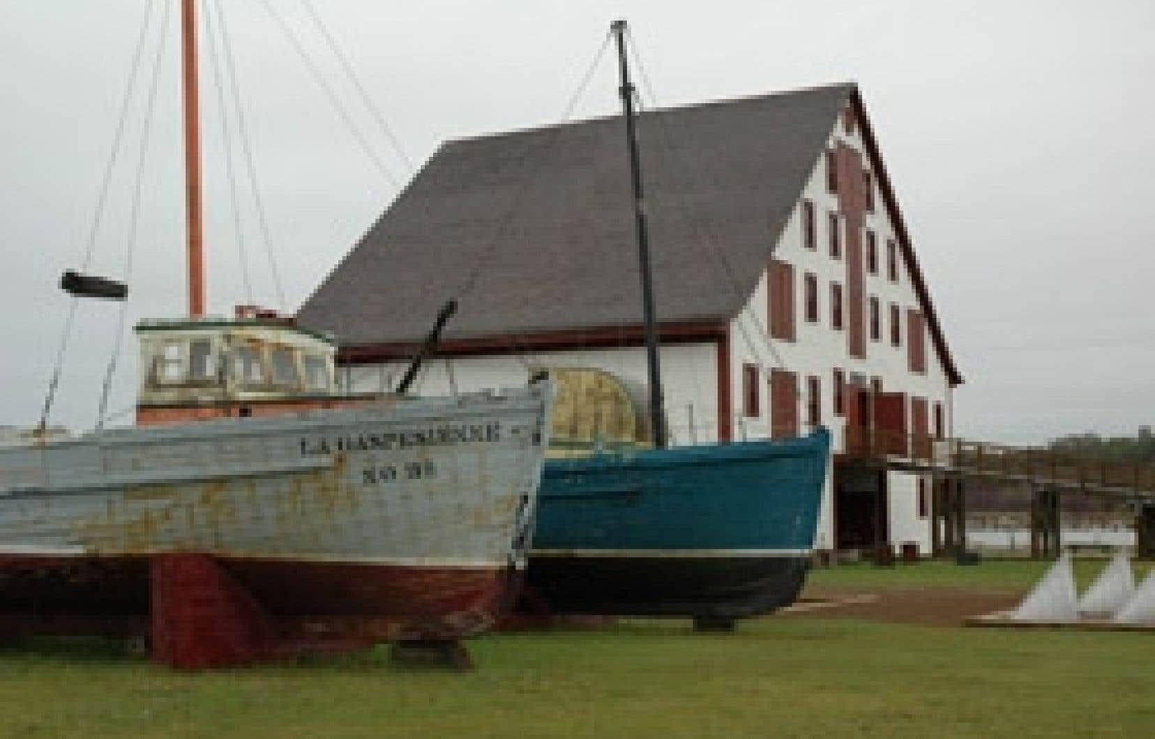 Barques, goélettes, voiliers, bricks et brigantins étaient construits dans la charpenterie du Banc-de-Pêche-de-Paspébiac, maison mère de l'empire Robin et Le Boutillier Brothers.
