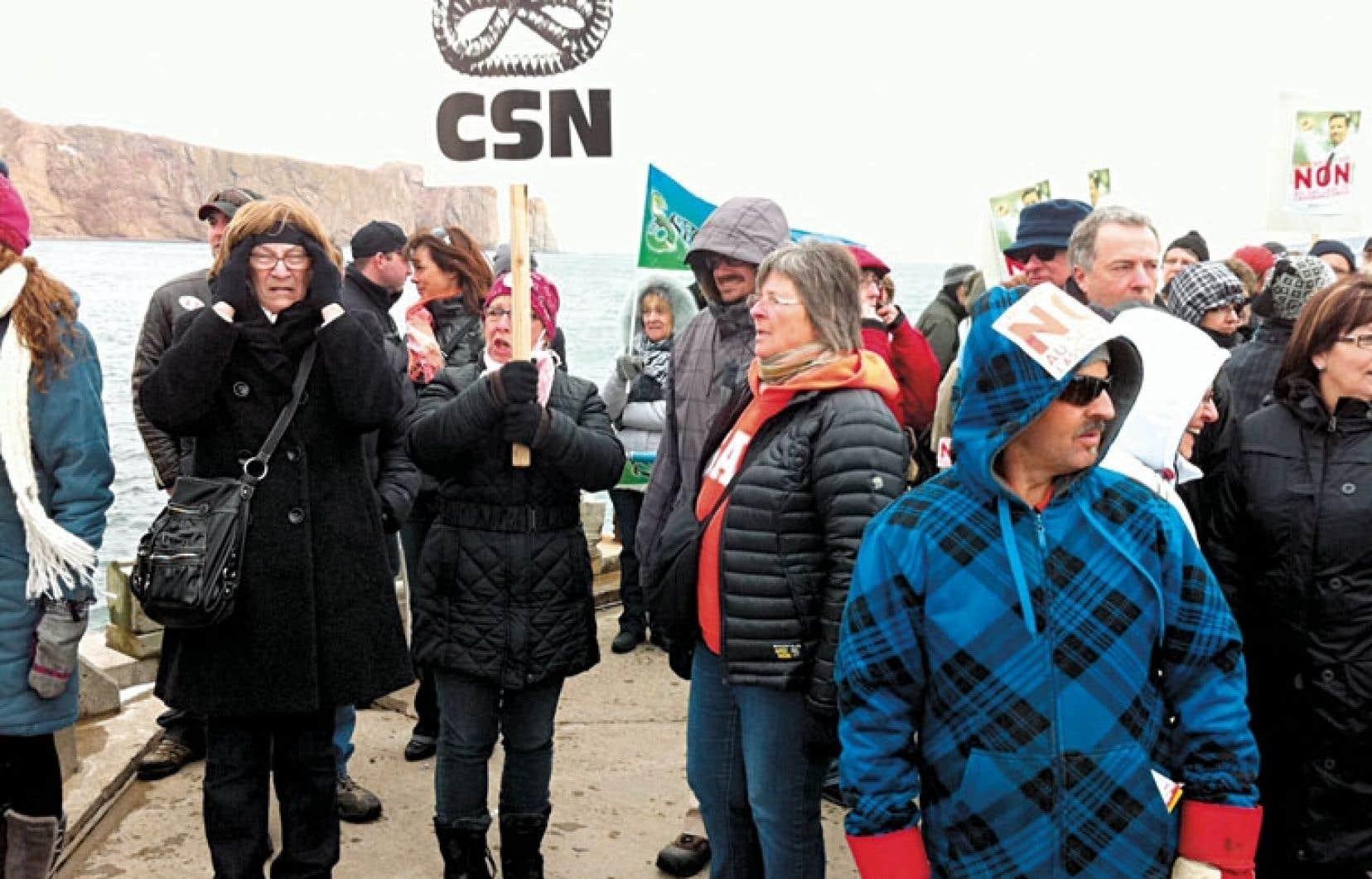 Quelque 300 Gaspésiens ont dénoncé lundi la réforme conservatrice de l'assurance-emploi.