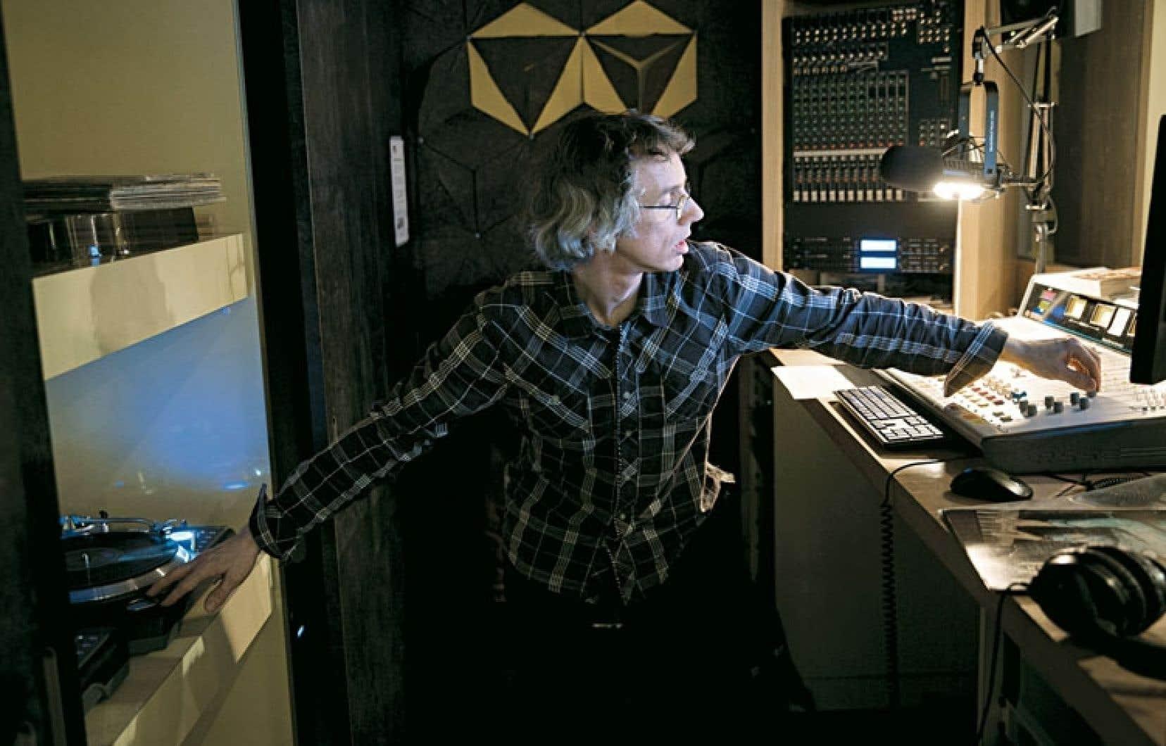 Rorrrrrrry Tremblay, figure mythique de la radio communautaire montréalaise, dans son studio de CIBL