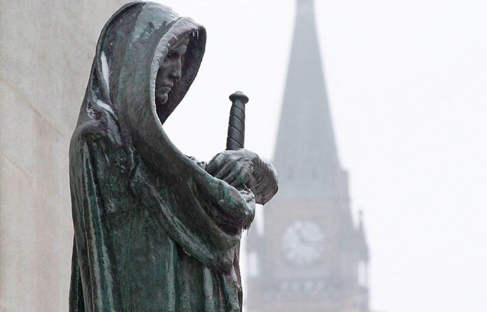 La Vérité garde l'entrée de la Cour suprême du Canada, à Ottawa. Tout contact entre le pouvoir politique et le pouvoir judiciaire, aussi minime soit-il, reste formellement interdit en droit constitutionnel canadien. Or, le travail de Frédéric Bastien démontre que cette règle n'a pas été respectée dans les mois qui ont précédé le rapatriement de la Constitution.
