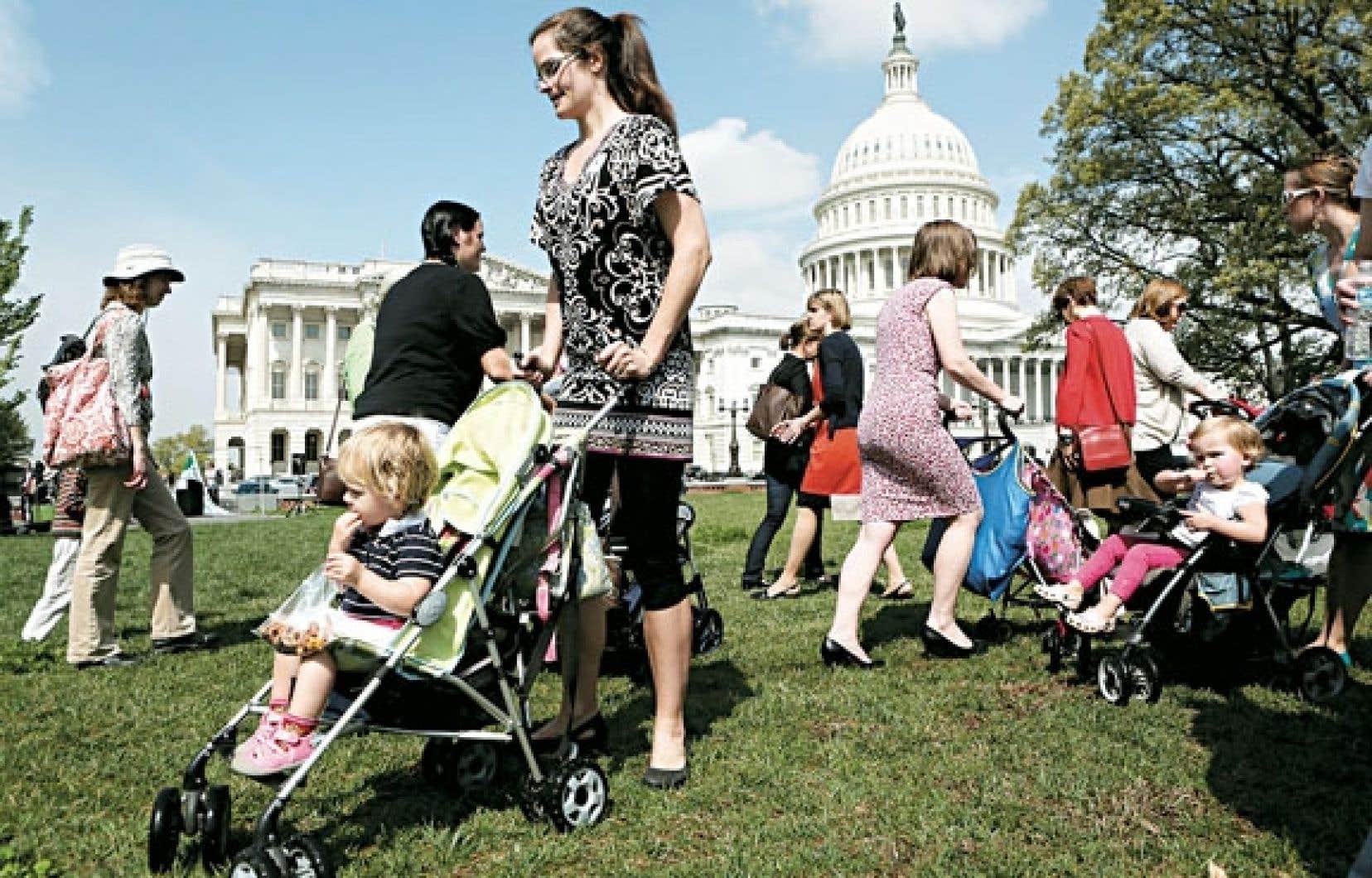 Des mères qui veulent de nouvelles lois sur les armes à feu ont manifesté mercredi devant le Sénat.