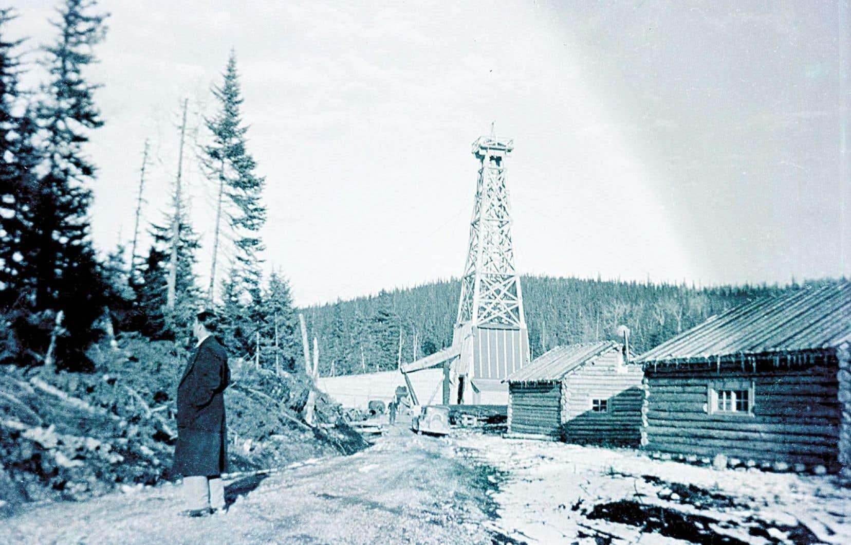 <div> Les installations d'un puits de forage dans le secteur de la Petite Fourche,</div> <div> à l'ouest de Gaspé, vers 1950.</div>